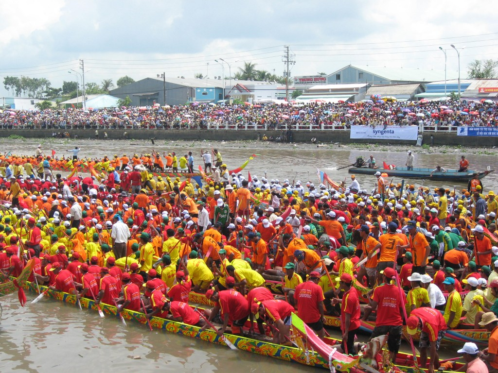 Boat races at the Oc Om Boc festival