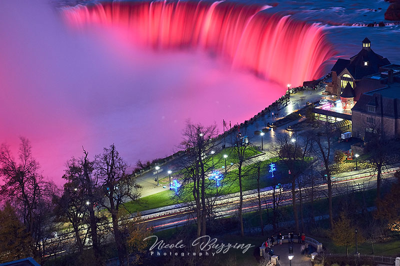 Niagara Falls lit up at night -- travel photo tips from Nicole Buzzing for Wanderful